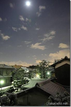 静寂の中の月と雪景色
