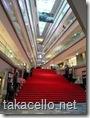 表参道ヒルズの赤絨毯がひかれている階段