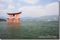 宮島から厳島神社の鳥居を望む