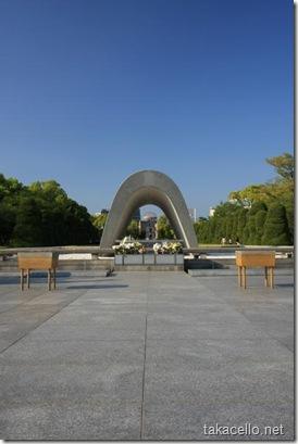 慰霊碑の中から原爆ドームを望む