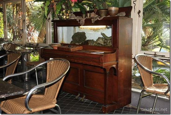 アップライトピアノに格納された水槽