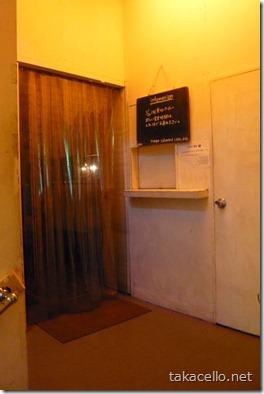在りし日のストリップ小屋の入り口をそのまま残しているtokyo salonard cafe