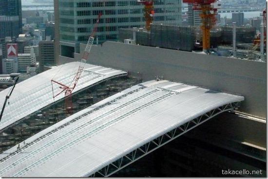 建築中のJR大阪駅の屋根の工事関係者