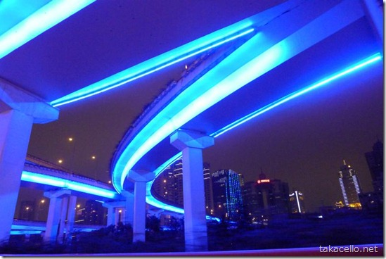 上海の青いイルミネーションの高架道路