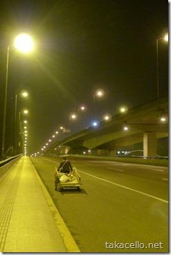 夜の上海、リアカーを引くおじさん