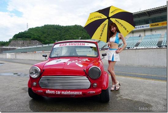 Miniの勇姿!レースクィーンの兎澤香さんと